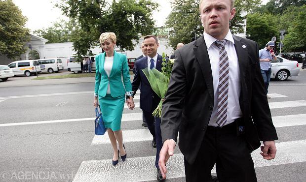 Andrzej Duda i Agata Duda zmierzają do Belwederu na spotkanie z Bronisławem i Anną Komorowskimi