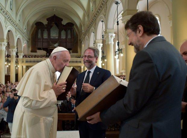 Papież Franciszek podczas wizyty w protestanckiej świątyni waldensów w Turynie