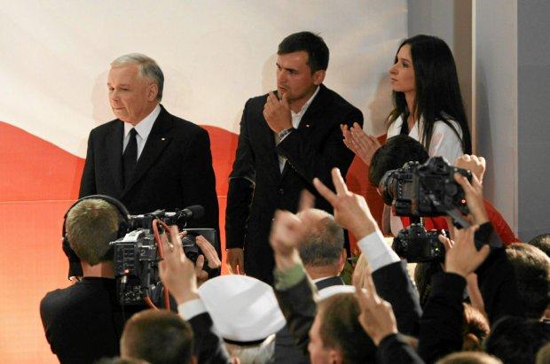 Jarosław Kaczyński z bratanicą Martą i jej mężem Marcinem Dubienieckim podczas ogłaszania wyników wyborów prezydenckich w czerwcu 2010 roku
