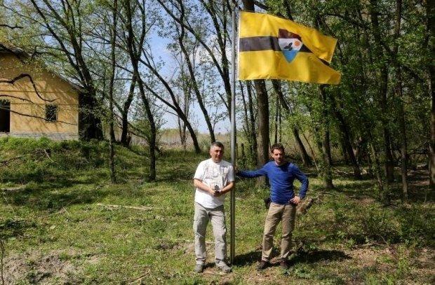 Założyciele Liberlandu, w miejscu gdzie ma znajdować się stolica samozwańczego państwa