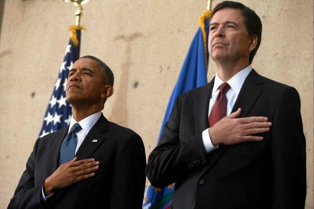 Prezydent Barack Obama<br /><br /> (z lewej)<br /><br /> i James Comey na uroczystości objęcia przez Comeya stanowiska szefa FBI.<br /><br /> Waszyngton, 28<br /><br />  października 2013 r.