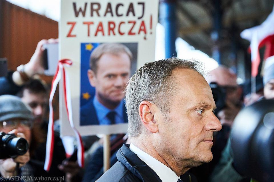 Sopot, dworzec PKP. Donald Tusk odjeżdża do Warszawy, gdzie ma stawić się w prokuraturze