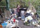 Nowe osiedle w Sopocie, a obok bezdomni na nielegalnym wysypisku. Mieszkańcy: To skandal