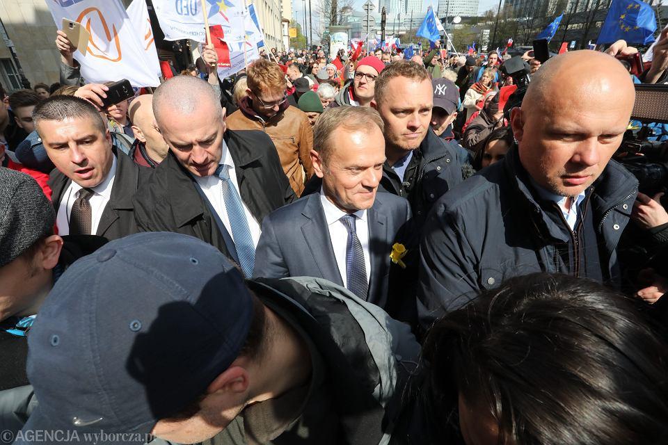 Były premier, obecny Szef Rady Europejskiej Donald Tusk w drodze na przesłuchanie - w charakterze świadka - przez warszawską prokuraturę