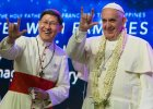 To zdjęcie na pierwszy rzut oka może szokować. Co tak naprawdę chciał przekazać wiernym na Filipinach Franciszek? [ZDJĘCIA]