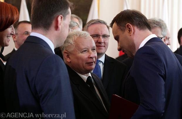Jarosław Kaczyński gratuluje Andrzejowi Dudzie po otrzymaniu uchwały o wyborze na prezydenta