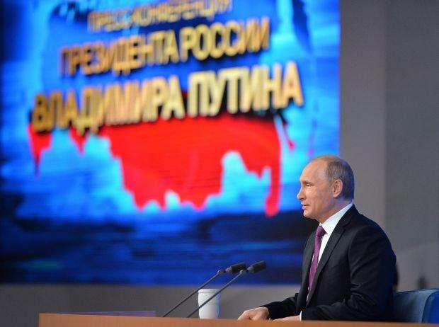 Władimir Putin przemawia na tle mapy Federacji Rosyjskiej