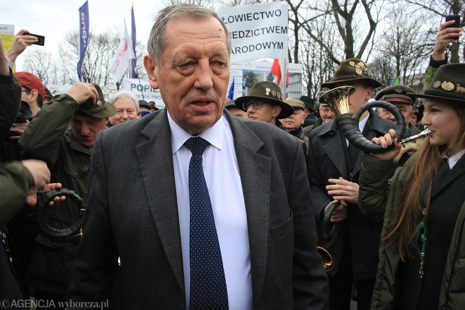 Manifestacja poparcia dla ministra Szyszki. Pod sejmem demonstrują leśnicy i miłośnicy myślistwa. Warszawa 23 marca 2017
