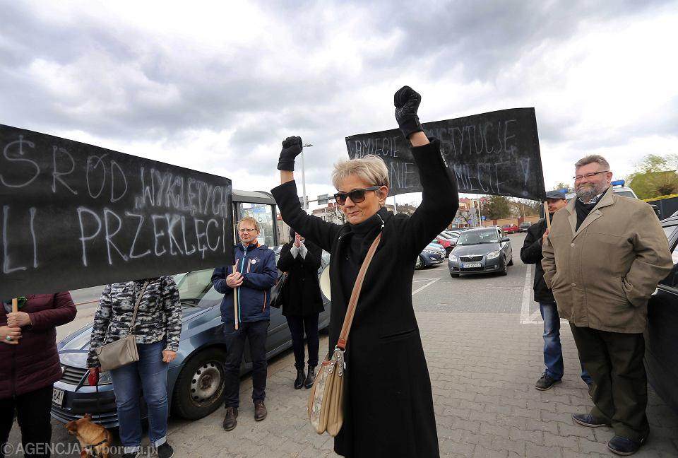 UPikieta poparcia radnej PO Jolanty Urbanskiej przed jej przesluchaniem w Czestochowie