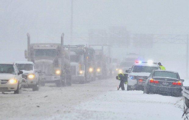 Zasypane śniegiem autostrady w Pennsylvanii. Kierowcy mają różne sposoby, by przeczekać korki. Niektóre niebezpieczne