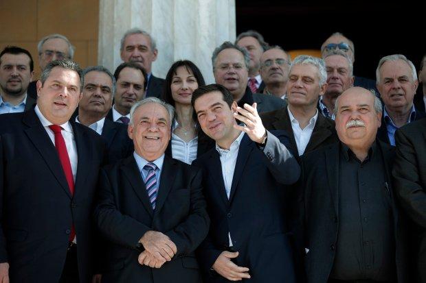 Nowy premier Grecji Aleksis Tsipras z członkami swojego rządu przed siedzibą parlamentu w Atenach