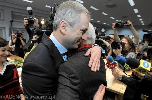 Grzegorz Napieralski i Leszek Miller po wyborze nowego przewodniczącego SLD. Miller zastąpił Napieralskiego. Warszawa, 10 grudnia 2011 r.