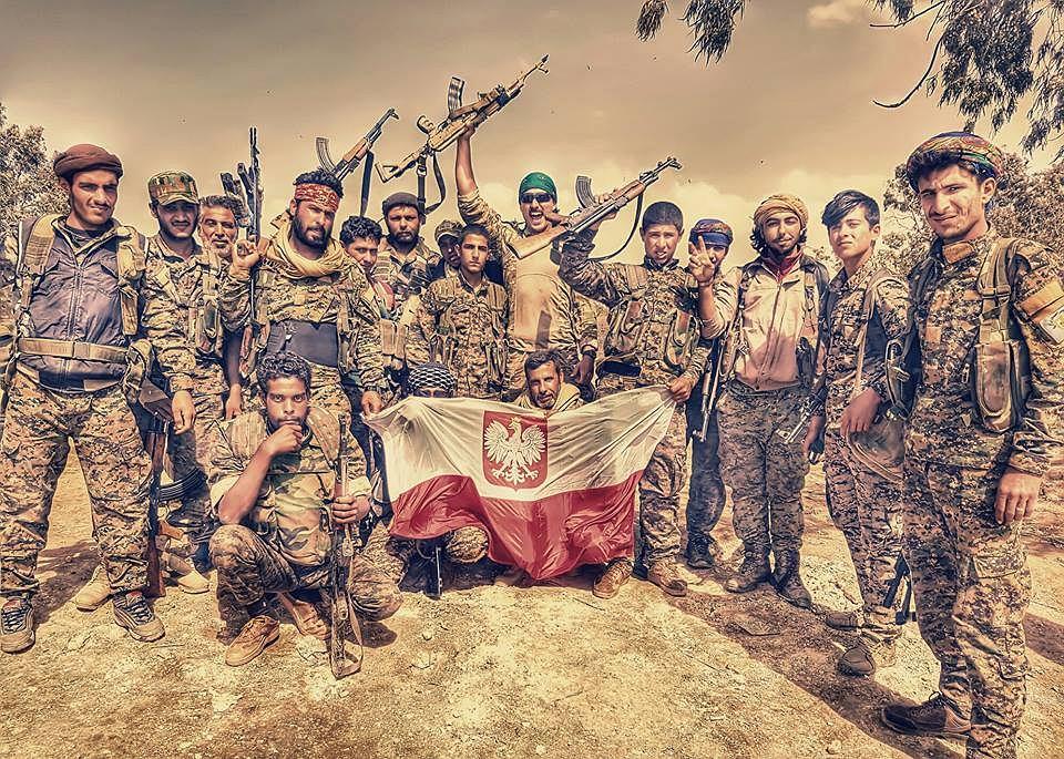 Archer (w zielonej chuście na głowie) wśród kurdyjskich bojowników