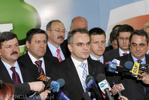 Rada polityczna PSL ogłasza, że nie będzie koalicji z PiS. Warszawa, 27 kwietnia 2006 r. Na zdjęciu w pierwszym rzędzie: Jarosław Kalinowski, Janusz Piechociński, Waldemar Pawlak, Jan Bury, Eugeniusz Grzeszczak