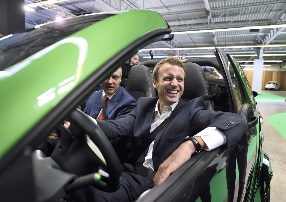 Emmanuel Macron w samochodzie elektrycznym Smart