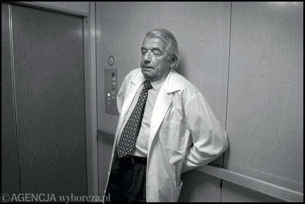 Prof. Zbigniew Religa zaraz po zakończeniu operacji. (Zdjęcia pochodzą z archiwalnego fotoreportażu Piotra Janowskiego, zrealizowanego w 2003 roku w II Klinice Kardiochirurgii w Warszawie).