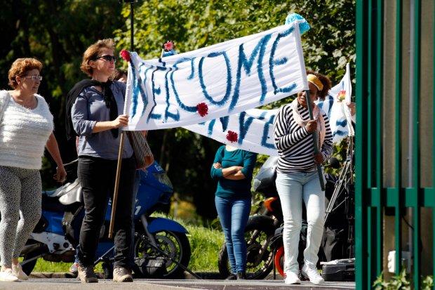 Mieszkańcy francuskiego miasta Cergy Pontoise witają uchodźców, którzy przyjechali z Niemiec