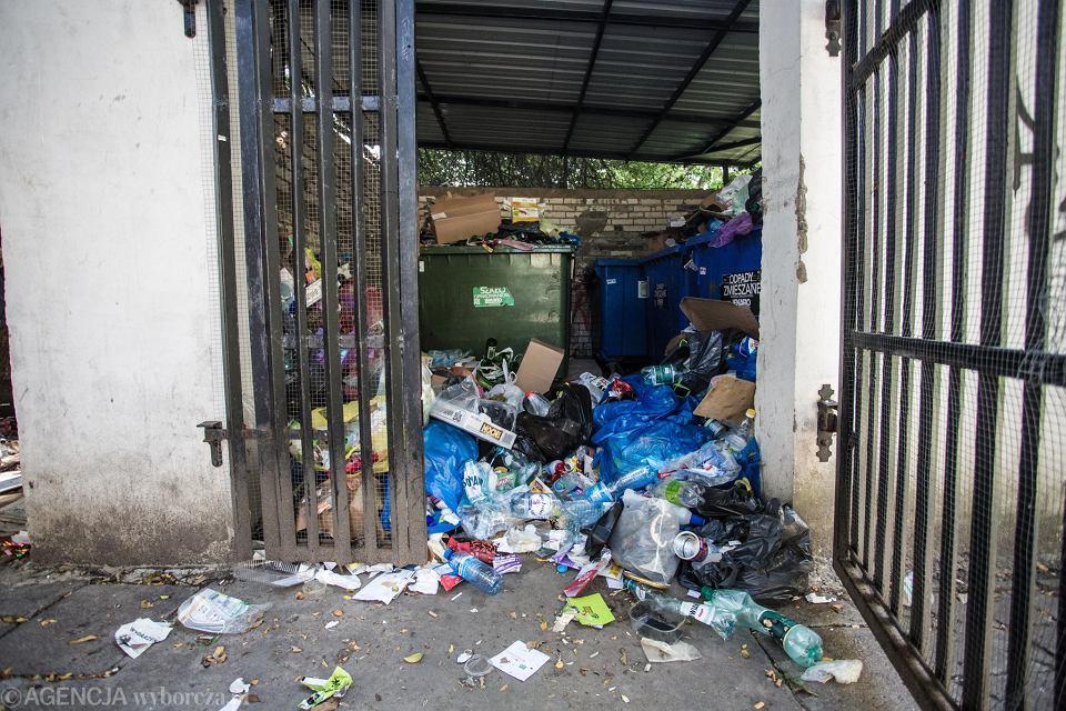 Śmieci zalegające przy Malczewskiego na Mokotowie