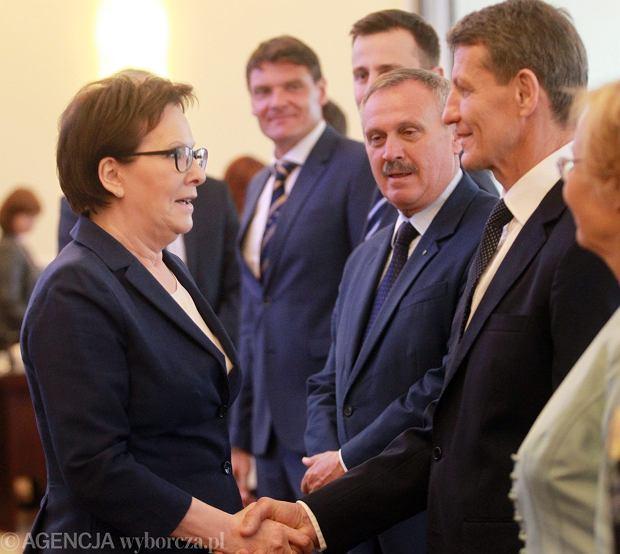 Ewa Kopacz wita się przed posiedzeniem rządu z nowym ministrem skarbu Andrzejem Czerwińskim
