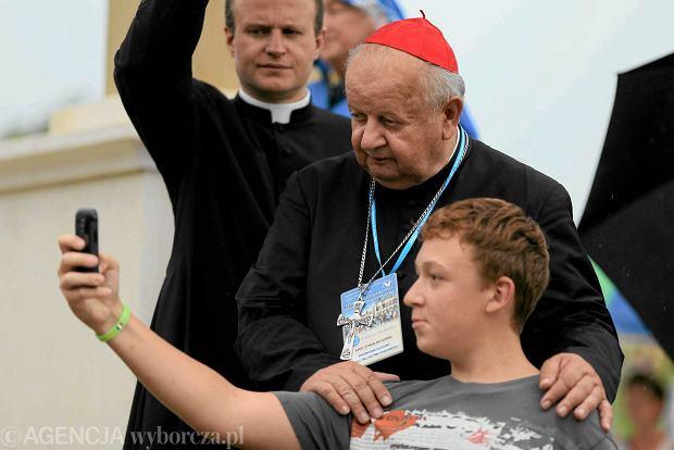 Kardynał Dziwisz pozujący do selfie