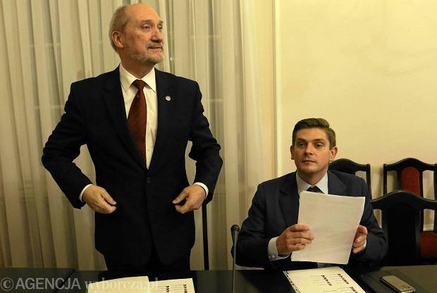 Minister obrony Antoni Macierewicz i jego prawa ręka w zespole smoleńskim Bartosz Kownacki, teraz wiceszef MON. Sejmowa komisja obrony, 25 listopada 2015 r.
