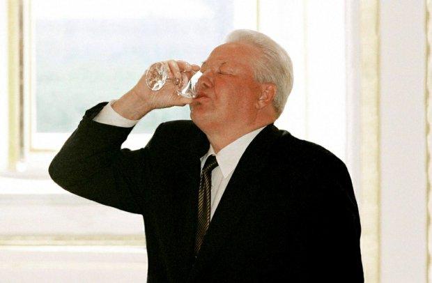 8 grudnia 1991 r. prezydenci Rosji, Białorusi i Ukrainy rozwiązali Związek Radziecki, zastępując go Wspólnotą Niepodległych Państw. Był to triumf rosyjskiego prezydenta Borysa Jelcyna, który - jak pisze Schrad - tak się upił, że spadł z krzesła (...).