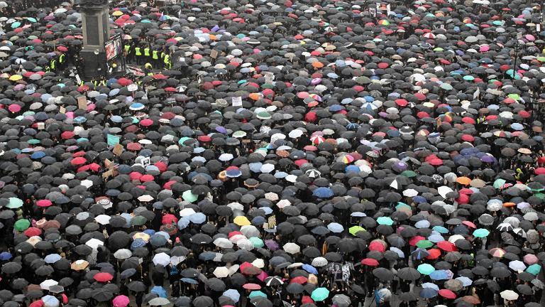 Plac Zamkowy w Warszawie. Czarny Protest przeciw nowej ustawie antyaborcyjnej
