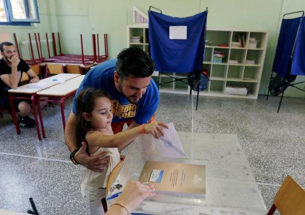 Głosowanie w jednym z lokali w Atenach