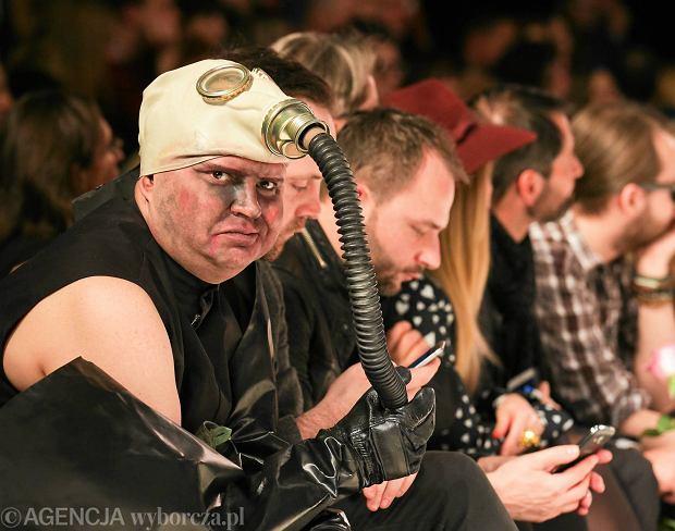 Michał Witkowski w masce gazowej na Fashion Weeku w Łodzi. Tego samego dnia wystąpił w furażerce z symbolami SS