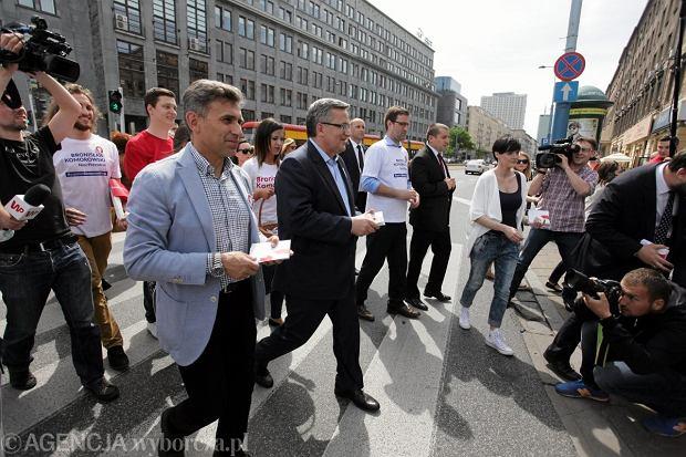 Prezydent Bronisław Komorowski i chodziarz Robert Korzeniowski wczoraj na spacerze w centrum Warszawy.<br /><br /><br /> Namawiali przechodniów do oddania głosu na Komorowskiego podczas II tury wyborów prezydenckich
