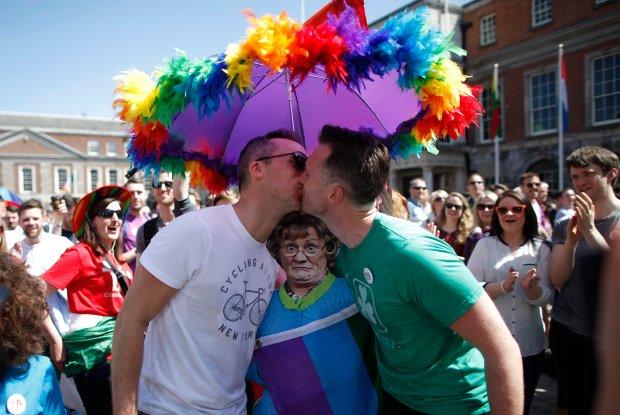 Dwóch mężczyzn całuje się na jednej z ulic Dublina po ogłoszeniu wyniku referendum dotyczącego legalizacji małżeństw homoseksualnych
