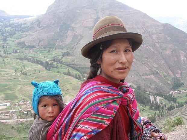 Kobieta z plemienia Keczua z dzieckiem w Świętej Dolinie Inków w Andach