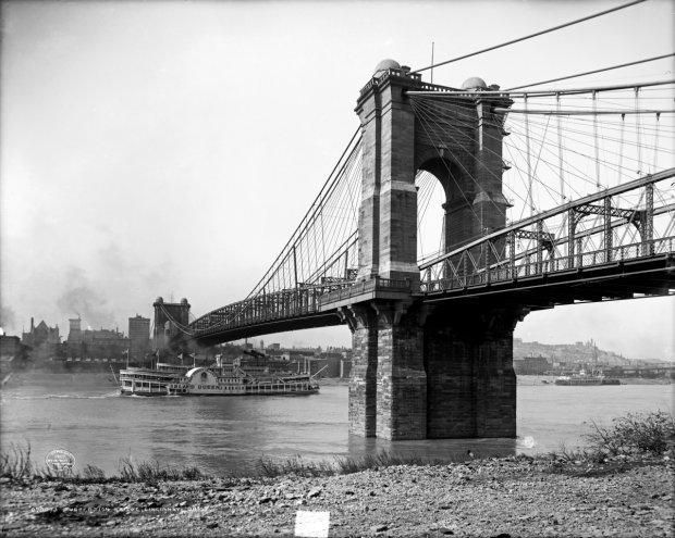 Zanim wybudowano most łączący rolniczą miejscowość Brooklyn z Manhattanem, rocznie 15 mln ludzi przeprawiało się promami z jednej strony East River na drugą. Most na zdjęciu z 1907 r.