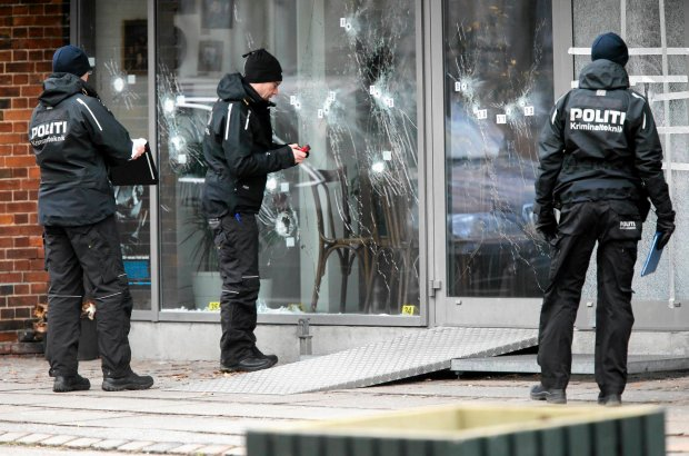 Funkcjonariusze pracują przed ostrzelaną kawiarnią