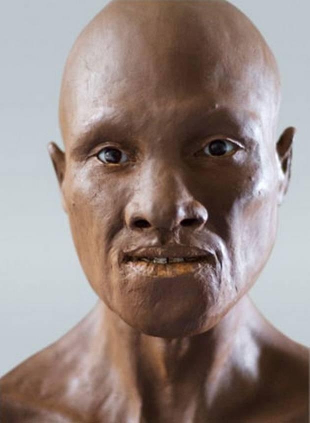 Tajemniczy przodek. DNA wyodrębnione ze znalezionej w Rumunii żuchwy sprzed 37-42 tys. lat zawiera aż 6-9 proc. materiału genetycznego od neandertalczyka - osobnik, który przekazał obce geny, żył najwyżej 200 lat wcześniej. Żuchwa pochodzi od człowieka o ciemnej skórze i budowie anatomicznej takiej jak nasza.