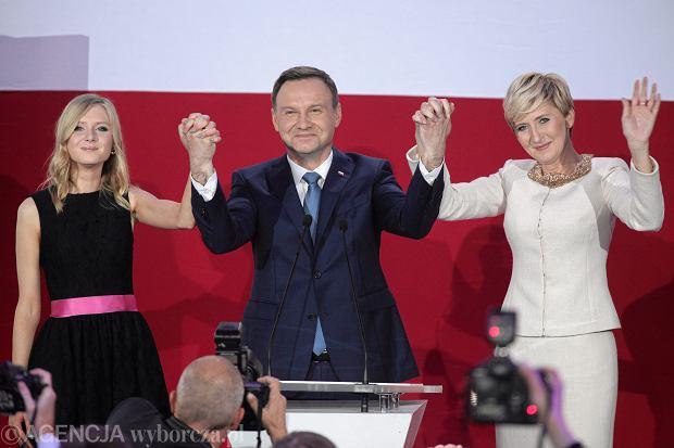 Andrzej Duda z żoną i córką podczas wieczoru wyborczego w swoim sztabie