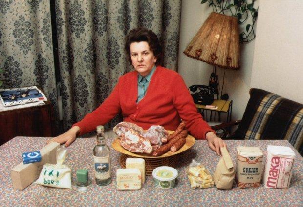 W Polsce Ludowej uprzywilejowani nie tylko zarabiali więcej, ale przede wszystkim mieli dostęp do towarów, których brakowało w sklepach. W kryzysowych latach 80. mogło to oznaczać możliwość kupienia tego, co teoretycznie było na kartki. Na zdjęciu komplet towarów żywnościowych sprzedawanych na kartki w latach 80.