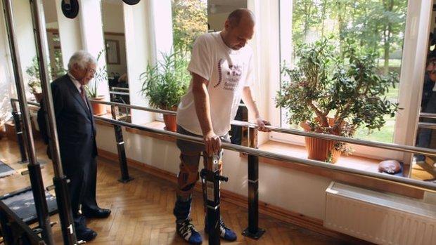 Darek Fidyka, poddany pionierskiej operacji regeneracji uszkodzonego rdzenia kregowego, przechodzi rehabilitację