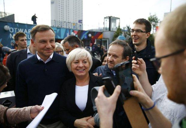 Andrzej Duda przed stacją metra w centrum Warszawy