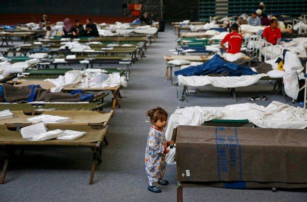 Tymczasowy obóz dla uchodźców zorganizowany w hali sportowej w Hanau w Niemczech