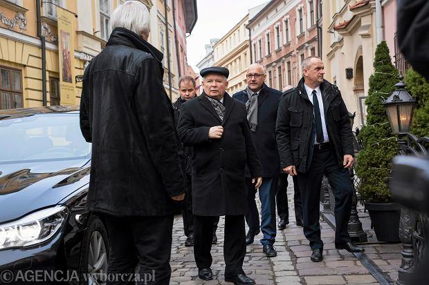 10.12.2016 Kraków, restauracja 'Pod Nosem'. Prezes PiS Jarosław Kaczyński w drodze na spotkanie z premierem Węgier Victorem Orbanem