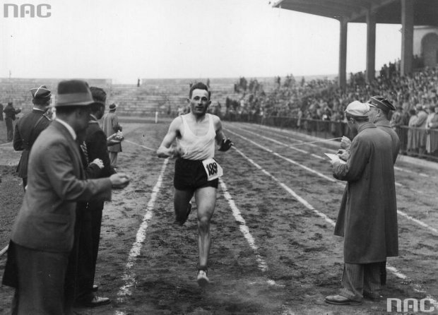 1935 r. Józef Noji na mecie biegu Narodowego o Puchar
