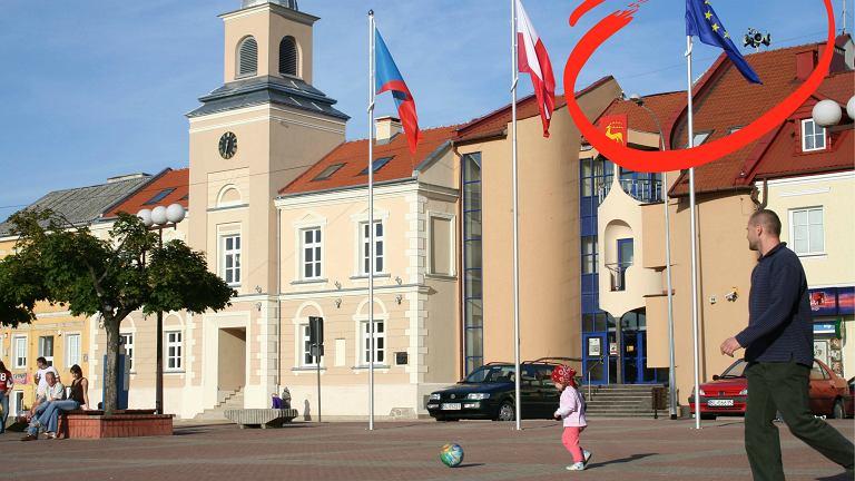 Flagi na rynku w Łomży