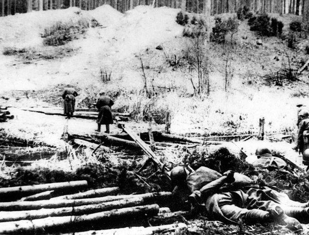 Piechurzy 1. Armii Wojska Polskiego podczas walk na Wale Pomorskim. Duże straty w polskich szeregach były skutkiem złego dowodzenia i niedocenienia przeciwnika. Szwankowało zaopatrzenie w broń i amunicję. Wbrew doświadczeniom z innych operacji położenie pozycji niemieckich oraz siłę nieprzyjacielskiego ognia rozpoznawano, wysyłając do ataku kolejne oddziały piechoty