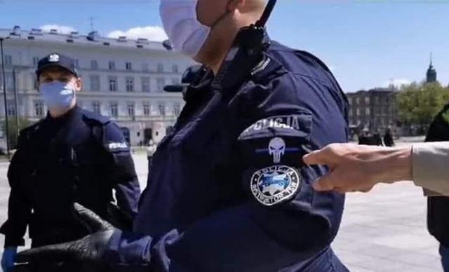Policjant z naszywką 'Punisher' na mundurze