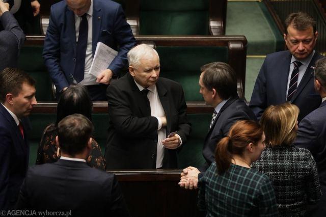 Prezes Jarosław Kaczyński i minister sprawiedliwości w rządzie PiS Zbigniew Ziobro w otoczeniu partyjnych oficjeli. Warszawa, Sejm, 23 stycznia 2020