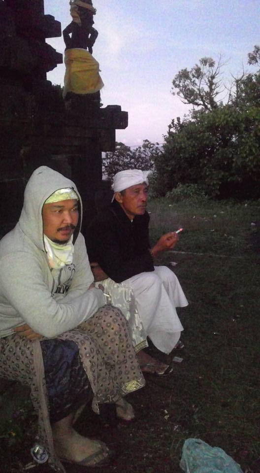 Pagi hari bersama Jro Mangku duduk di belakang pelinggih