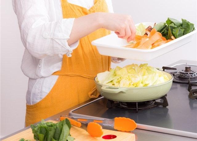 キッチンで鍋の準備中