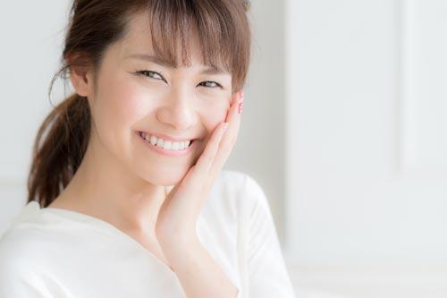 オルビスユーを使用して笑顔の女性