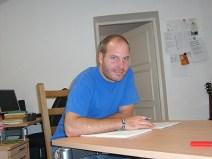 Patrick Imhof macht sich im Büro mit den Bibeltexten vertraut, die er später sprechen wird.